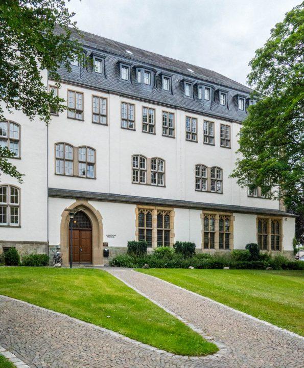 Erzbischöfliche Akademische Bibliothek mit großen Beständen des Altertumsvereins
